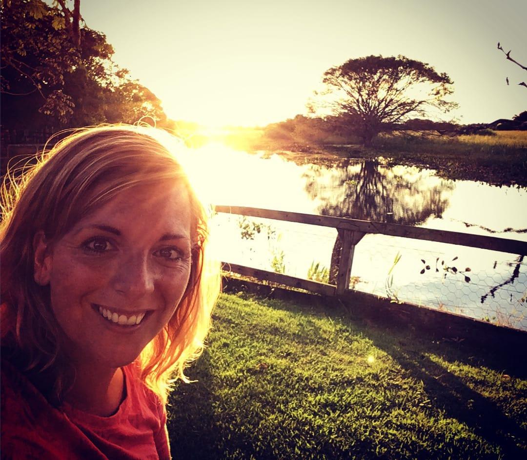 Nicole met zonsondergang bij de Araras Lodge