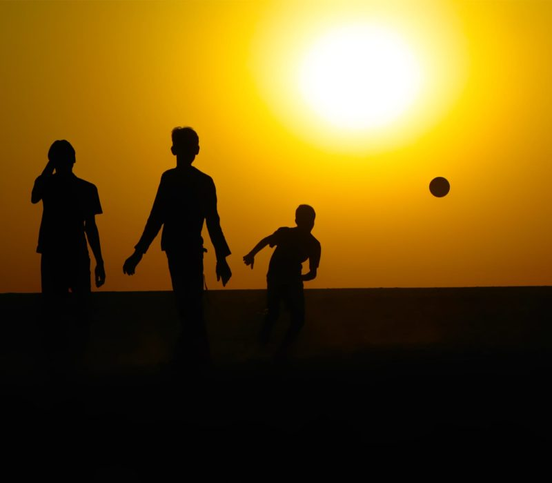 Kinderen In Brazilie Zijn Met Zonsondergang Aan Het Voetballen
