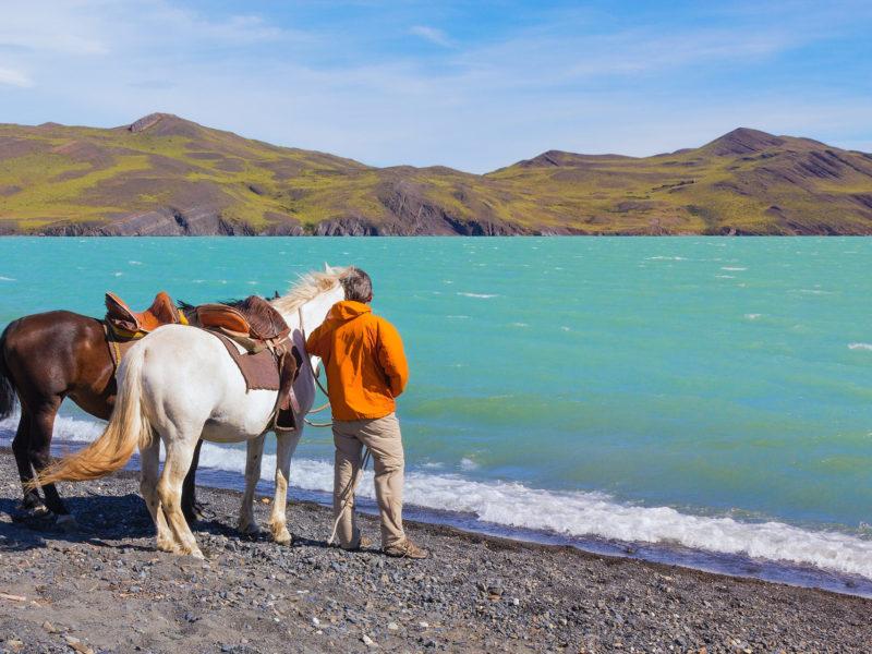 Paardrijden Langs Azuurblauwe Meren In Chili