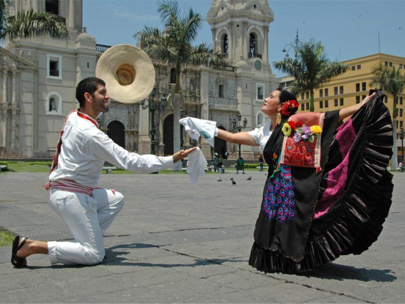 Een Traditioneel Peruaans Danskoppel In Lima