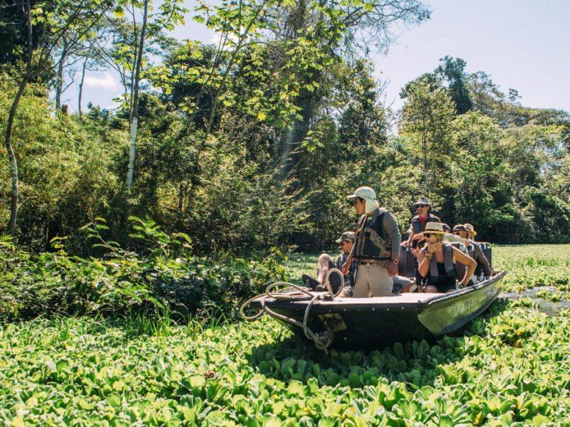 Maak Een Kanotocht Tijdens De Aria Riviercruise In De Amazone Van Peru
