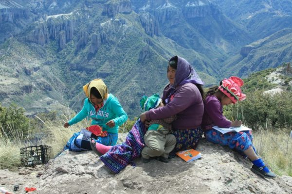 Tarahumara Familie In Copper Canyon