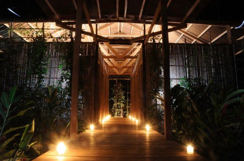 Het Amazon Yoga Center In Peru Bij Nacht