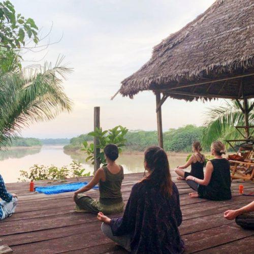 Yogales Op Het Dek Aan De Rivier In De Amazone Van Peru