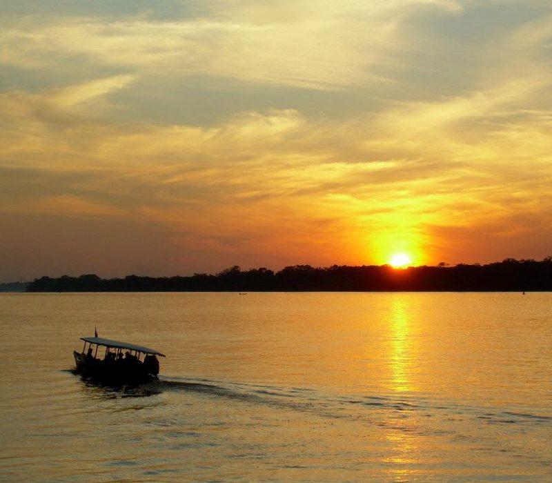 Kanotocht In De Amazone Tijdens De Yoga Vakantie In Peru