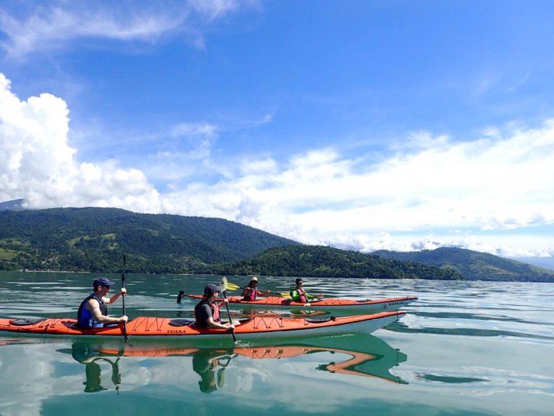 Kayakken Tijdens De Familiereis In Brazilië In Paraty