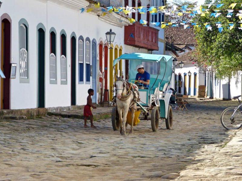 Met Paard En Wagen Rijd Je Door Het Koloniale Paraty In Brazilië