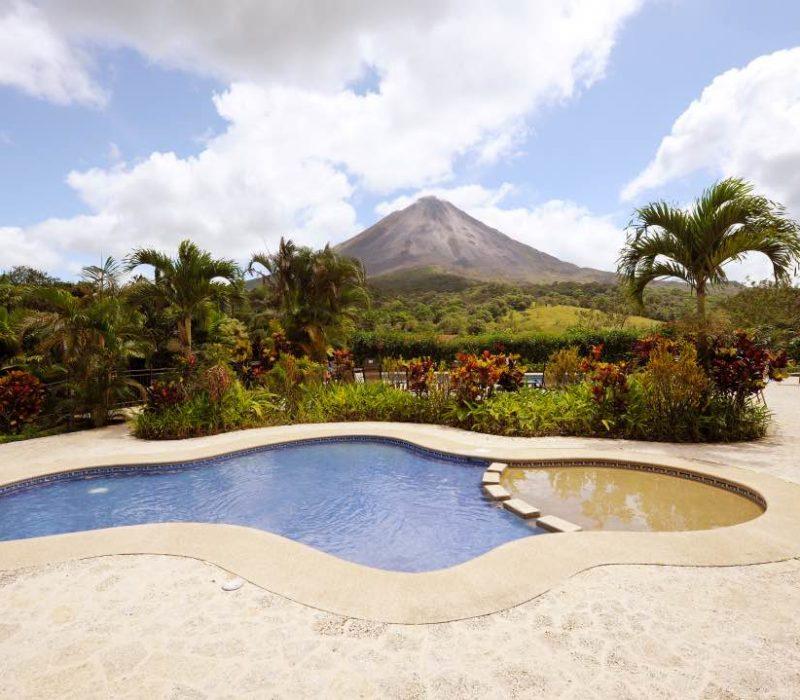Uitzicht Op De Arenal Vulkaan Vanaf Het Zwembad Bij Arenal Kioro Suites & Spa