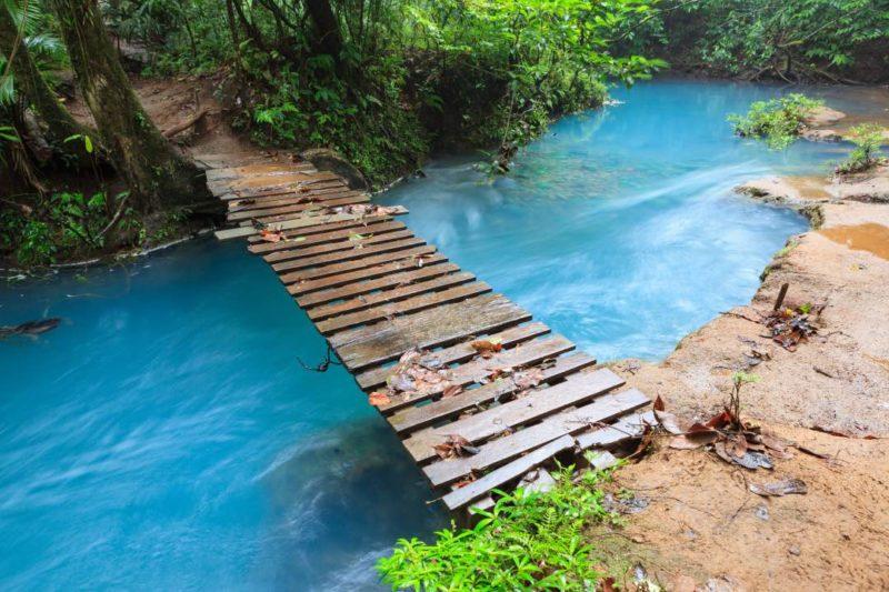 Wandel Over De Brug Bij Rio Celeste Costa Rica