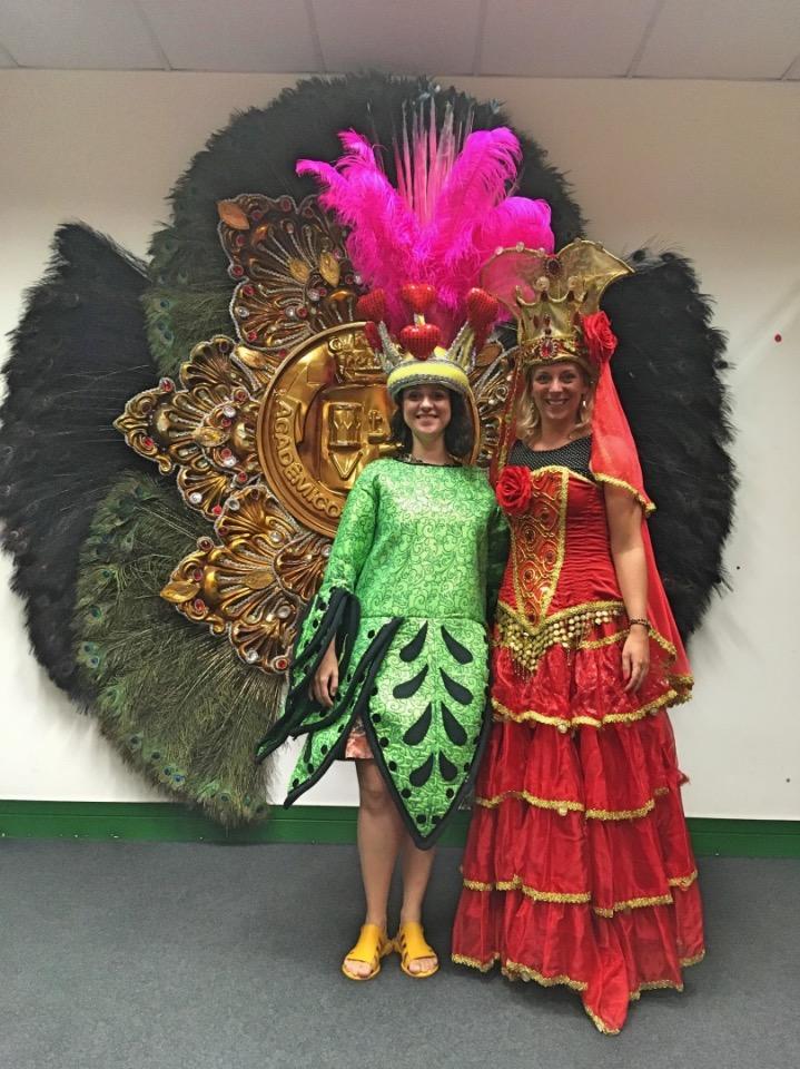 Kostuums passen tijdens de Carnaval Experience in Rio de Janeiro