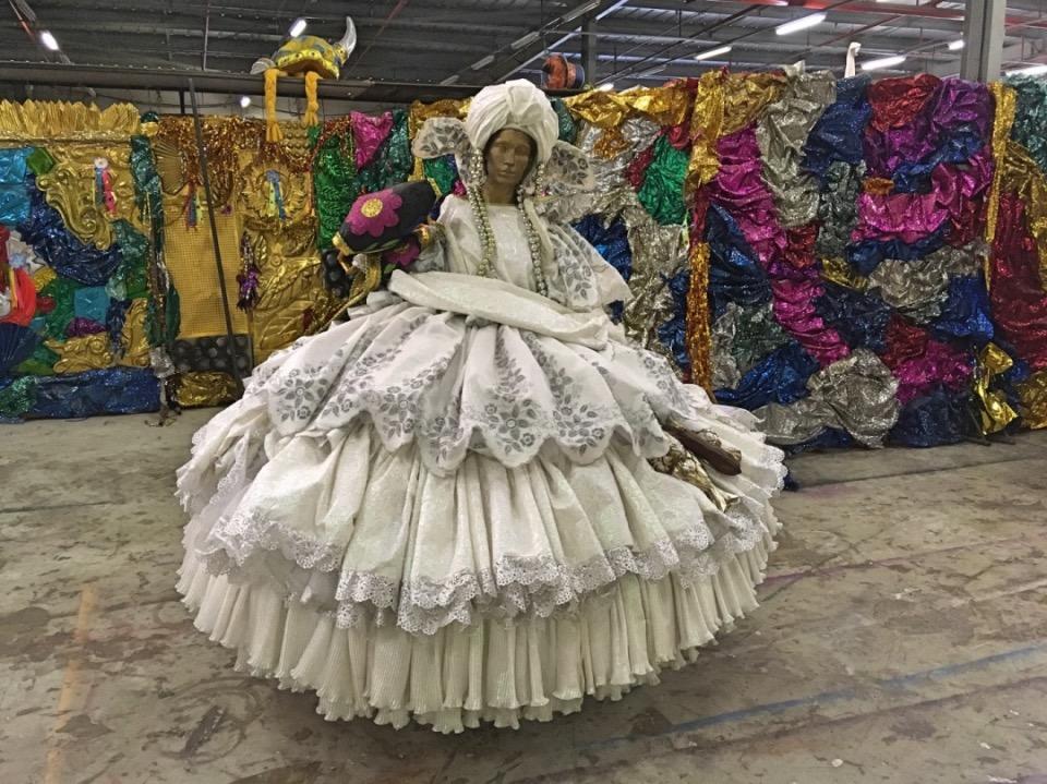 Brazilië_Carnaval Experience kleurrijke dame