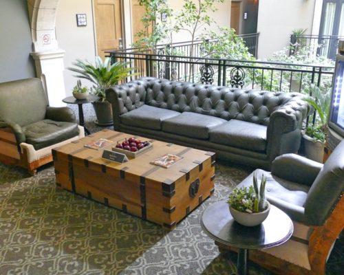 Lounge Hoekjes Op Elke Verdieping In Het Boutique Hotel