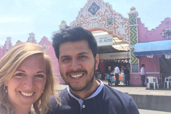 Nicole En Sergio Op De Lokale Markt In Puebla